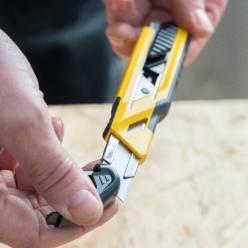 Нож STANLEY STHT10266-0 c фиксируемым выдвижным лезвием